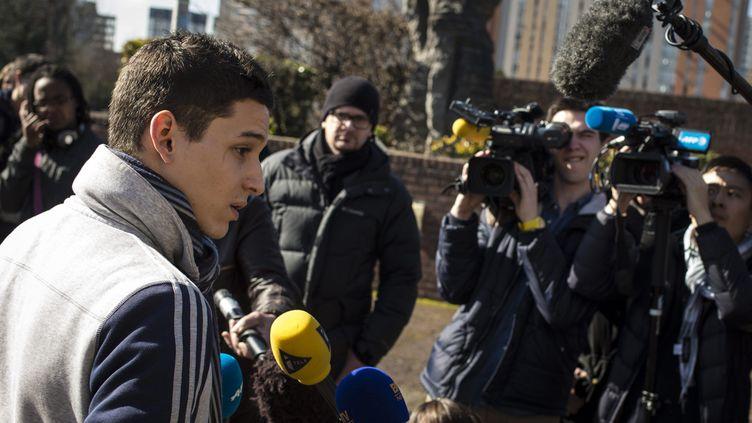 (Geoffrey, le lycéen blessé à l'oeil, lors de l'ouverture du procès le mois dernier © MaxPPP)