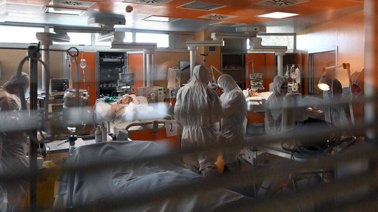 Des malades du coronavirus pris en charge dans le service intensif de l'hôpital Casal Palocco près de Rome (Italie), le 24 mars 2020. (ALBERTO PIZZOLI / AFP)