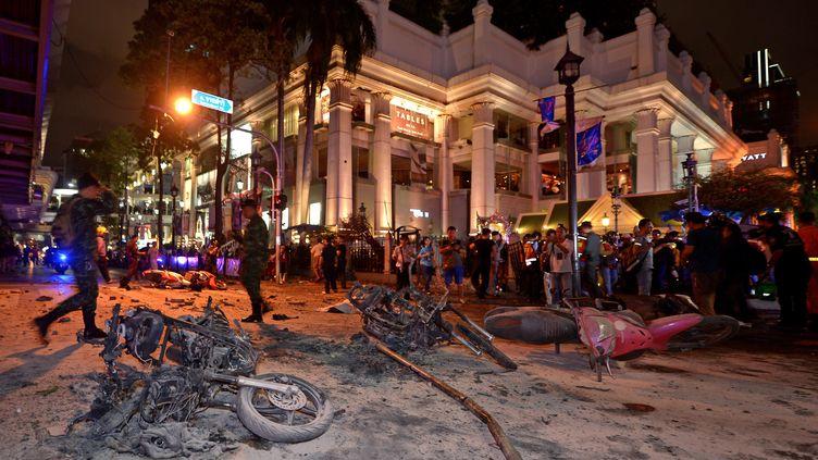 Des soldats inspectent les lieux après l'explosion d'une bombe près du sanctuaire Erawan, dans le centre de Bangkok, lundi 17 août. (PORNCHAI KITTIWONGSAKUL / AFP)