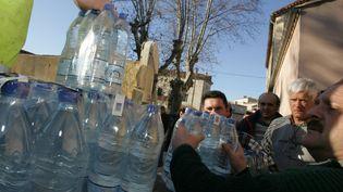 Distribution d'eau potable àAniane en 2006 (DOMINIQUE FAGET / AFP)