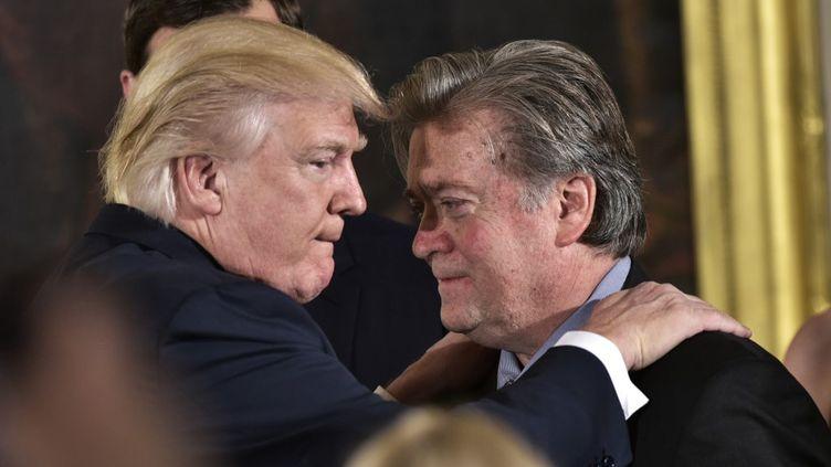 Donald Trump et son ancien conseiller Steve Bannon, le 22 janvier 2017 à Washington (Etats-Unis). (MANDEL NGAN / AFP)