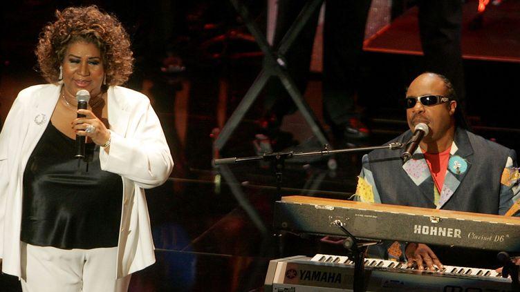 Aretha Franklin et Stevie Wonder en duo aux 10e Soul Train Awards en 2005.  (Kevin Winter/ Getty Images / AFP)