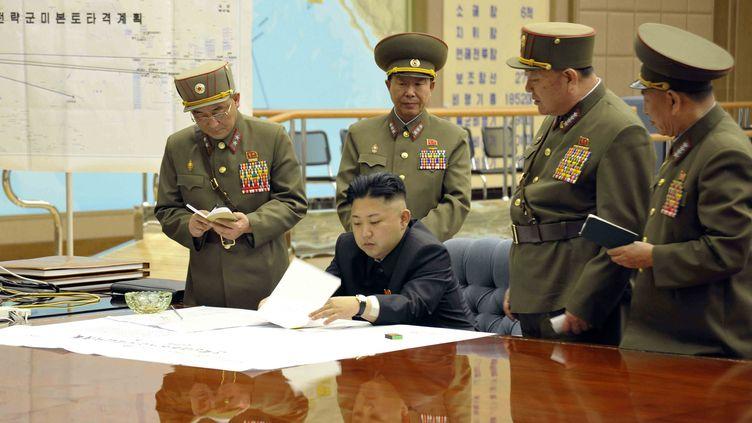 Le leader nord-coréen Kim Jong-un et des responsables de l'armée nord-coréenne, lors d'une réunion à Pyongyang (Corée du Nord) le 28 mars 2013. (KCNA / REUTERS)