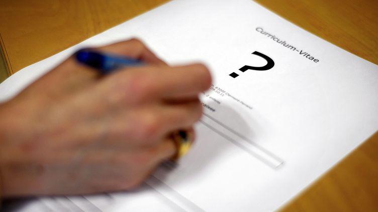 Un CV posé sur une table. (MAXPPP)
