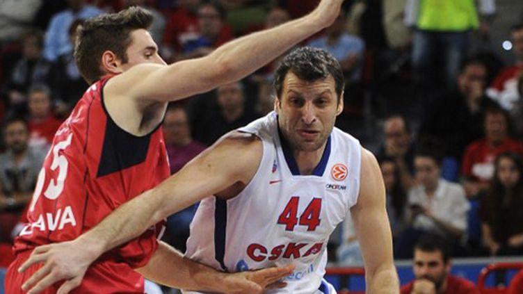 Le joueur du CSKA Moscou, Papaloukas, face à la défense de Fabien Causeur