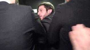 Le journaliste Paul Larrouturou, du Quotidien, se fait sortir avec force par la sécurité du Salon des entrepreneurs, le 1er février lors de la visite de Marine Le Pen. (HUFFIGTON POST / Capture d'écran)