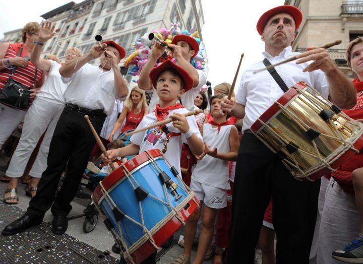"""Une """"banda de gaiteros"""" lors des fêtes de Bayonne le 24 juillet 2019. Au centre, un enfant joue du """"atabal"""", le tambour traditionnel. (GAIZKA IROZ / AFP)"""