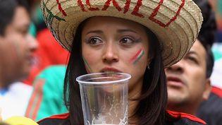 Une supportrice mexicaine une pinte de bière aux lèvres lors de la finale de la Coupe du monde des moins de 17 ans entre l'Uruguay et le Mexique, le 10 juillet 2011 à Mexico (Mexique). (JEFF MITCHELL - FIFA / FIFA)