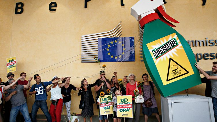 Des personnes manifestent contre le géant américain de l'agrochimie Monsanto, à l'extérieur de la Commission européenne à Bruxelles (Belgique), le 19 juillet 2017. (ALEXANDROS MICHAILIDIS / AFP)