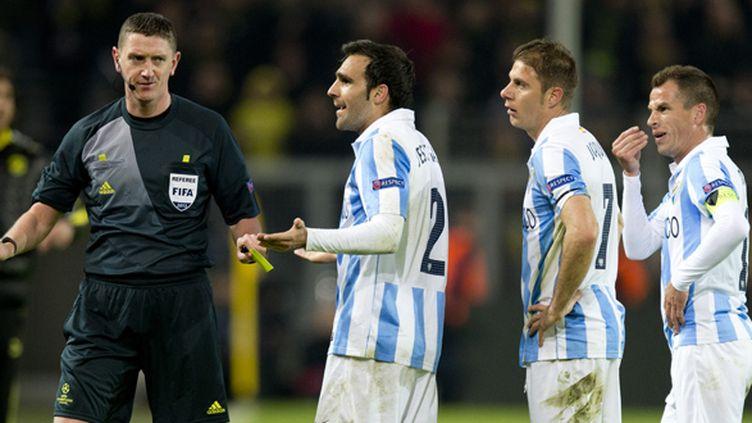 Les joueurs de Malaga conteste auprès de l'arbitre Craig Thomson