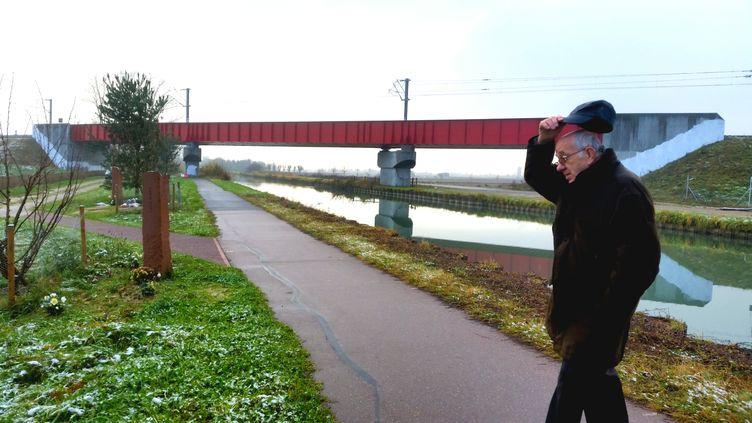 Robert Pfrimmer, ancien maire d'Eckwersheim et ancien cheminot, près du pont duquel est tombé la rame d'essai du TGV Est, le 14 novembre 2015. (BENJAMIN ILLY / RADIO FRANCE)