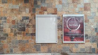 Affiche informant de la fermeture de la salle de cinema de Joinville-le-Pont. Le 18 janvier 2021. (LEO PIERRE / HANS LUCAS)