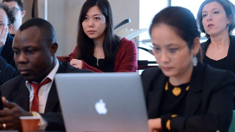 Etudiants japonais, polonais et congolais lors d'un séminaire de l'Ecole Nationale d'Administration. (PATRICK HERTZOG / AFP)