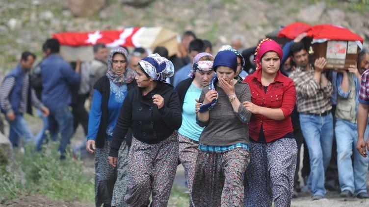 Les familles des mineurs tués dans l'accident suivent une procession funéraire à Soma (Turquie), le 15 mai 2014. (SONER KILINC / ANADOLU AGENCY / AFP)