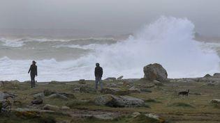 Une vague sur le littoral du Finistère, à Saint-Guénolé, le 1er février 2012. (MAXPPP)