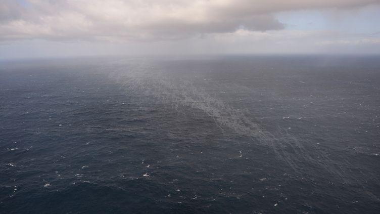 """Une nappe de fioul,le 14 mars 2019 dans l'océan Atlantique, après le naufrage du """"Grande America"""". (HANDOUT / AFP)"""