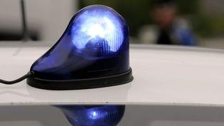 Les escrocs présumés circuleraient avec un gyrophare sur leur voiture pour se faire passer pour des policiers, a mis en garde la gendarmerie du Nord. (  MAXPPP.)
