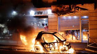 Une voiture a été brûlée rue Beaubourg près de l'Hôtel de Ville, à Paris le 8 décembre 2018. (THOMAS SAMSON / AFP)