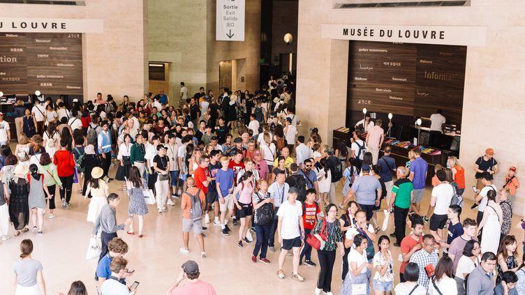 Le musée du Louvre reçoit énormément de visiteurs cet été et a même du refouler certains touristes. (PHILIPPE LABROSSE / MAXPPP)