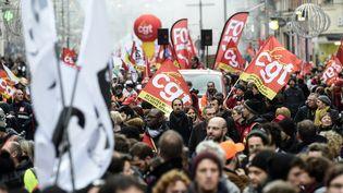 Des manifestants, membres de la CGT, durant le rassemblement à Lille contre la réforme des retraites, le 9 janvier 2020. (FRANCOIS LO PRESTI / AFP)