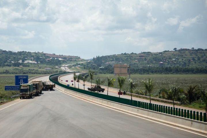 Premier jour de fonctionnement de la nouvelle voie rapide de 51kilomètres financée par la Chine pour relier la capitale de l'Ouganda Kampala à l'aéroport international d'Entebbe, le 15juin 2018.  (SUMY SADURNI/AFP)