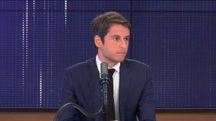 """Gabriel Attal, porte-parole du gouvernement, était l'invité du """"8h30 franceinfo"""", vendredi 16 avril 2021. (FRANCEINFO / RADIOFRANCE)"""
