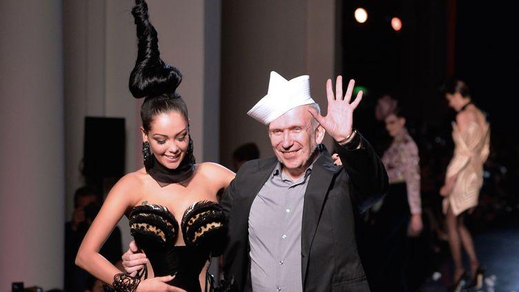 La starlette de téléréalité Nabilla et Jean-Paul Gaultier à la fin de son défilé haute couture automne-hiver 2013/14, à Paris, le 3 juillet 2013. (MIGUEL MEDINA / AFP)