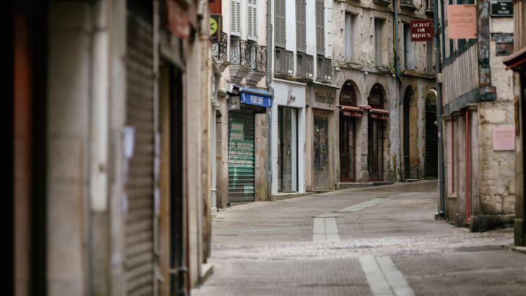Une rue commerçante désertée dans le centre-ville de Bayonne (Pyrénées-Atlantiques), le 11 avril 2020. (MARTIN NODA / HANS LUCAS / AFP)
