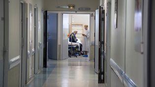 Des personnes âgées attendent le 22 août 2011, au service des urgences de l'hôpital Purpan à Toulouse. (PASCAL PAVANI / AFP)