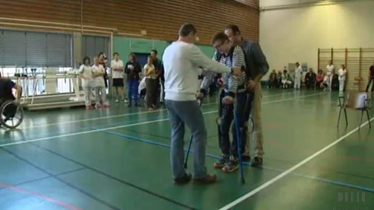 Yvan Piccon, paraplégique, teste un exosquelette, à Strasbourg. (FRANCE 3 ALSACE)