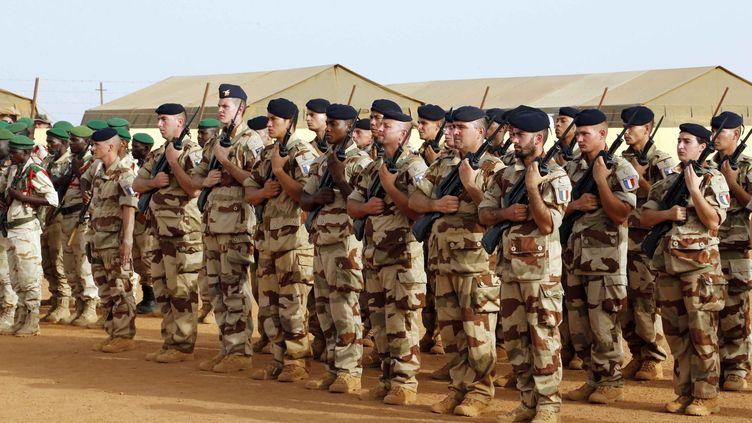 Des militaires dans un camp de la force Barkhane, au Mali, en mai 2016. (LAUNETTE FLORIAN / MAXPPP)