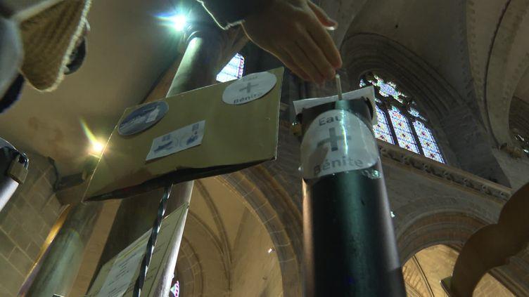 Un distributeur d'eau bénite installé à l'entrée de la cathédrale Saint Pierre de Vannes. (France 3 Bretagne / N. Corbard)