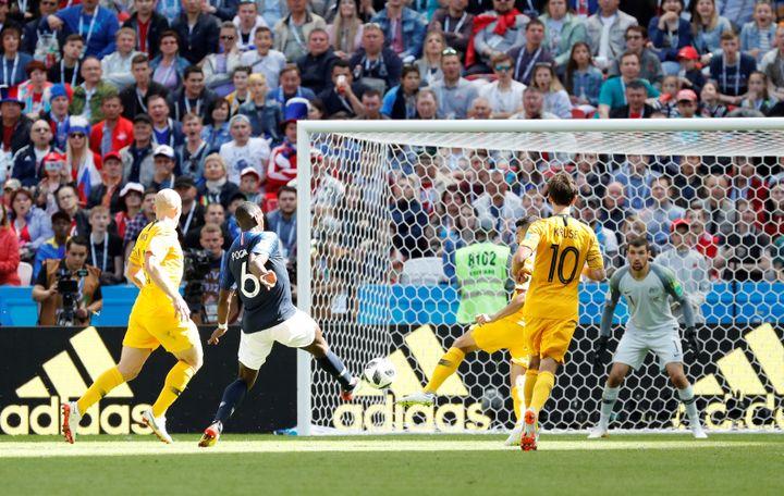 Paul Pogba inscrit le second but de l'équipe de France face à l'Australie, samedi 16 juin à Kazan (Russie). (TORU HANAI / REUTERS)