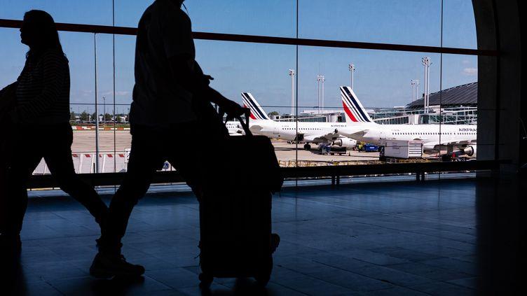 Des passagers de l'aéroport Roissy-Charles de Gaulle. Photo d'illustrations. (CHRISTOPHE MORIN / MAXPPP)