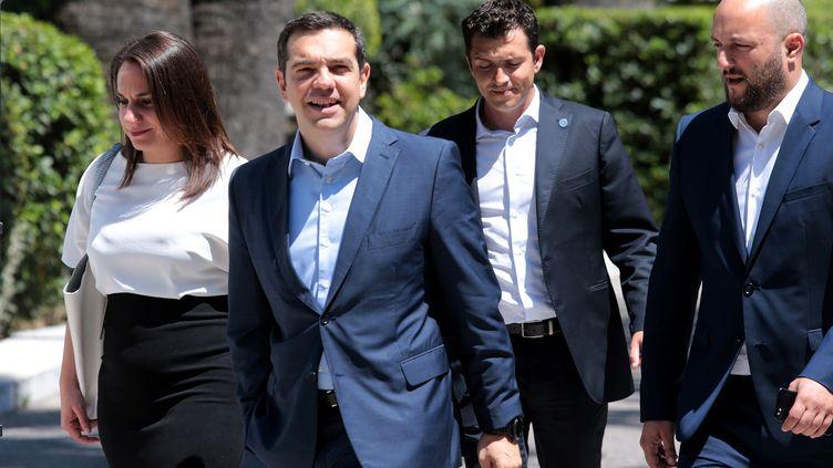 """22 juin 2018. Alexis Tsipras, le Premier ministre grec, quitte la maison présidentielle à Athènes après un rendez-vous avec le président Prokopis Palopoulos sur l'accord """"historique"""" conclu avec l'Eurogroupe pour échelonner la dette. (MAXPPP)"""