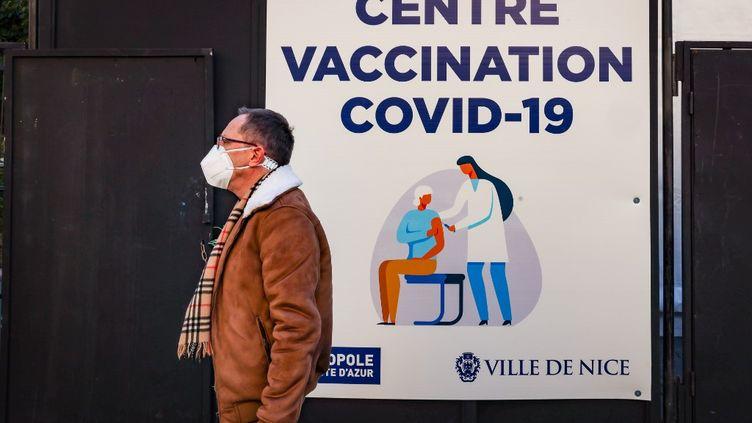 Un nouveau centre de vaccination a ouvert à Nice (Alpes-Maritimes), dans le parc du théâtre de verdure, le 11 janvier 2021. (ARIE BOTBOL / HANS LUCAS / AFP)