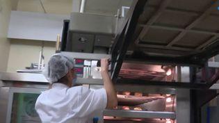 Le secteur de la boulangerie recrute : 9 000 postes sont à pourvoir. Par ailleurs, le métier se féminise. (France 3)