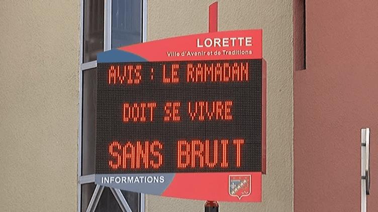 """La municipalité de Lorette (Loire) diffuse le message """"Le ramadan doit se vivre sans bruit"""" sur un panneau municipal, le 6 juin 2016. (FRANCE 3 RHONE-ALPES)"""