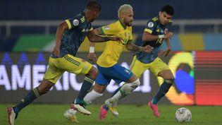 De gauche à droite : William Tesillo, Neymar et Luis Diaz lors du match de Copa America entre le Brésil et la Colombie, mercredi 23 juin 2021. (CARL DE SOUZA / AFP)