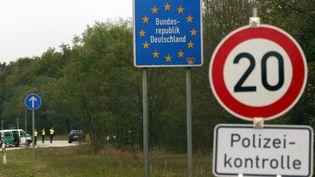 Un panneau des contrôles à la frontière entrel'Allemagne et l'Autriche, sur une autoroute,près de Passau (Allemagne), le 14 septembre 2015. (MICHAEL DALDER / REUTERS)