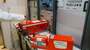 """Deux enregistreurs de vol ou """"boîtes noires""""au Bureau d'enquêtes et d'analyses (BEA), au Bourget, le27 avril 2004. (JACK GUEZ / AFP)"""