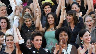 82. C'est le nombre de réalisatrices en compétition pendant 70 ans de Festival de Cannes contre plus de 1600 hommes. C'est aussi le nombre symbolique de femmes qui ont monté les marches samedi après-midi pour demander l'égalité dans le mileu du cinéma.  (LOIC VENANCE / AFP)