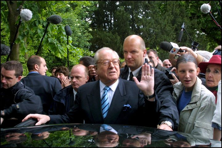 Thierry Légier (en arrière-plan), ancien garde du corps de Jean-Marie Le Pen et actuel garde du corps de Marine Le Pen, est mis en examen dans cette affaire des assistants parlementaires. (ANTONIO RIBEIRO / GAMMA-RAPHO)