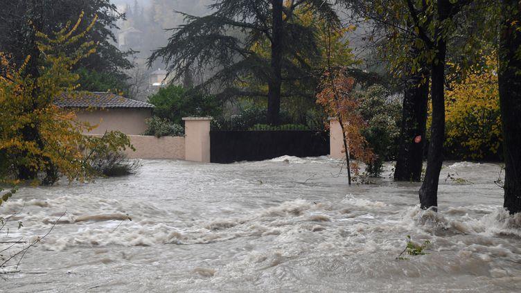 Les eaux du fleuve côtier Le Loup sont montées lors de l'épisode méditerranéen, inondant Pont-du-Loup (Alpes-Maritimes), le 23 novembre 2019. (YANN COATSALIOU / AFP)