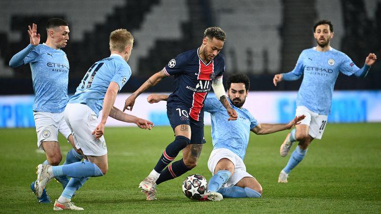 Eliminé par Manchester City la saison dernière en demi-finales, le Paris Saint-Germain va retrouver le club anglais dès les poules de la Ligue des champions 2021-2022. (ANNE-CHRISTINE POUJOULAT / AFP)