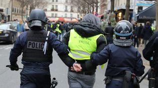 """Un manifestant arrêté en marge de la mobilisation des """"gilets jaunes"""", le 8 décembre 2018 à Paris. (MAXPPP)"""