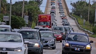 La route qui quitteMerritt Island en Floride remplie de voitures qui fuientl'ouragan Matthew, le 5 octobre 2016 (SIPA)