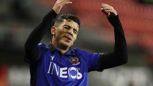 Le Niçois Youcef Atal se désole lors de la défaite de son équipe à Prague (République tchèque), le 5 novembre 2020. (DAVID W CERNY / REUTERS)