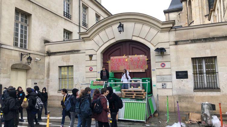 Mobilisations de lycéens devant le lycée Charlemagne, dans le 3e arrondissement de Paris, le 3 décembre 2018. (ALEXIS MOREL / FRANCE-INFO)