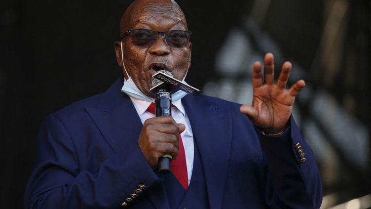 Jacob Zuma s'adresse à ses sympathisants, après un énième renvoi de son procès pour corruption, le 26 mai 2021 àPietermaritzburg, en Afrique du Sud. (PHILL MAGAKOE / AFP)